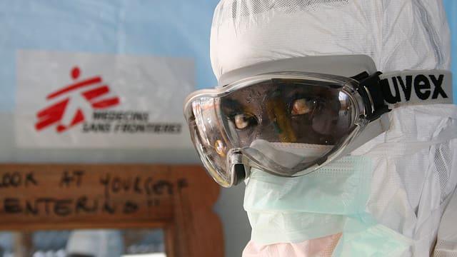 Kopf eines Helfers im Kampf gegen Ebola im Schutzanzug in Liberia