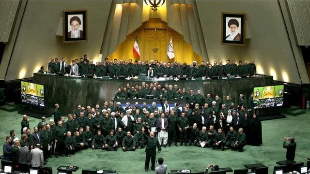 Parlamentsmitglieder in Uniformen der Revolutionsgarden