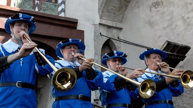 Männer in alten blau-weissen Uniformen und Fanfaren.
