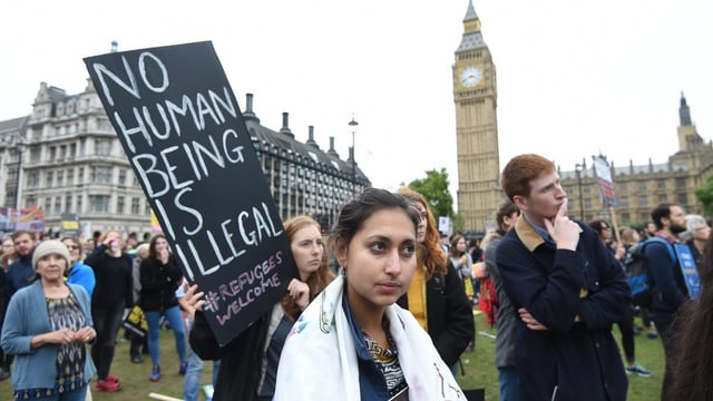 Demonstranten mit Transparenten vor Big Ben.