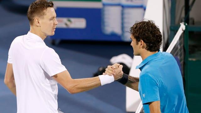 Roger Federer gratuliert Tomas Berdych zum Sieg im Halbfinal von Dubai 2013.