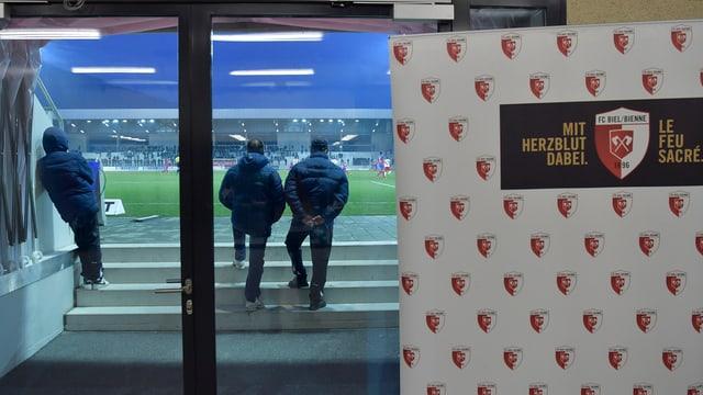 vista tras ina porta da vaider en il stadion da ballape da Bienna