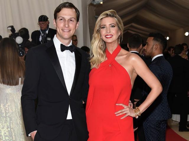 Jared Kushner lässt sich zusammen mit seiner Frau Ivanka Trump an einer Gala ablichten.