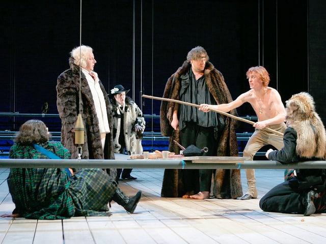 Eine Gruppe von Schauspieler steht auf der Bühne in Bern und performt.