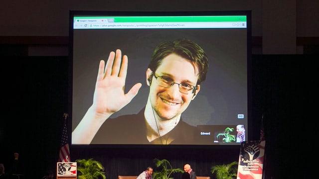 Edward Snowden in einer Live-Schaltung auf einer Videoleinwand.