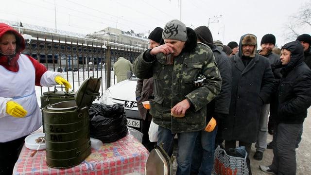 Eine Hilfsorganisation in Kiew verteilt Essen an Obdachlose.
