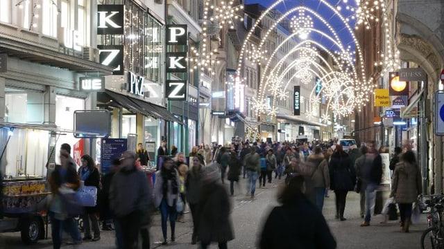 Freie Strasse mit Weihnachstbeleuchtung