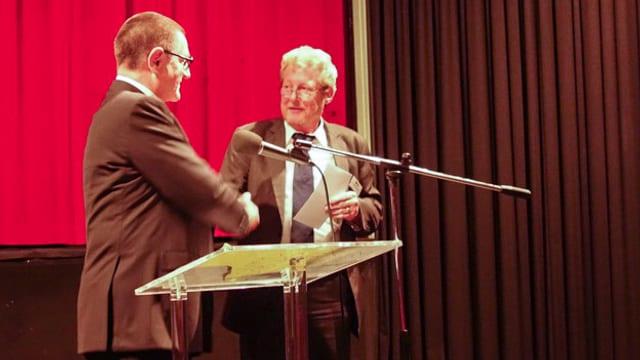 Peter Curdin Conrad, il president da la fundaziun Georg Aliesch-Davaz surdat il premi a Thomas Keller dal Kino Tusaun.