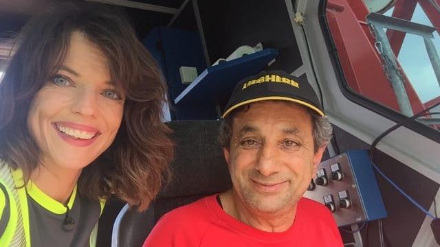 Wenig Platz in luftiger Höhe: Kranführer Antonio Chilleli zusammen mit Mona in der Kranführerkabine