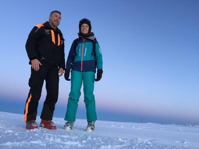 Mann und Frau im Schnee.