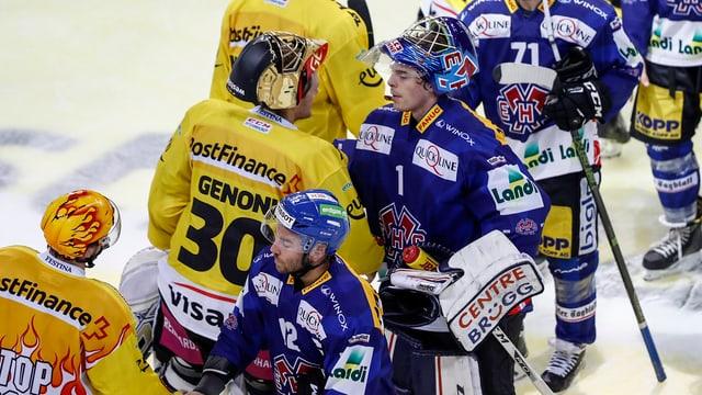 Bern und Biel beim Handshake nach einem Spiel.
