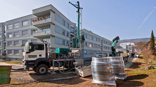 Erdwärme-Bohrung neben neuem Mehrfamilienhaus (Baustelle).