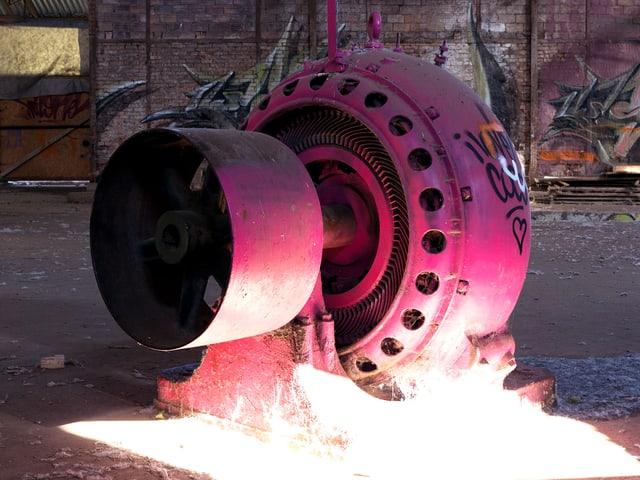 Eine rosarote, runde Maschine, Sonnenlichteinfall.