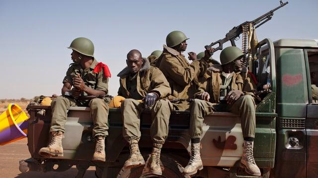 Soldaten auf einem Pick-Up.