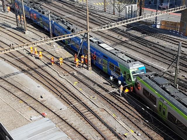 Zug auf einem Gleis beim Bahnhof Bern
