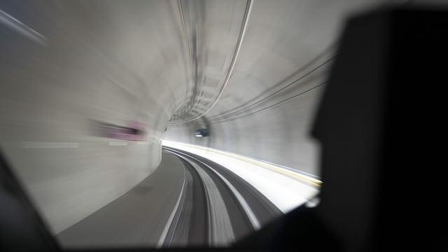 Purtret d'in viadi tras il tunnel.