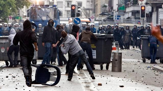 Persunas dal bloc nair attatgan la polizia.