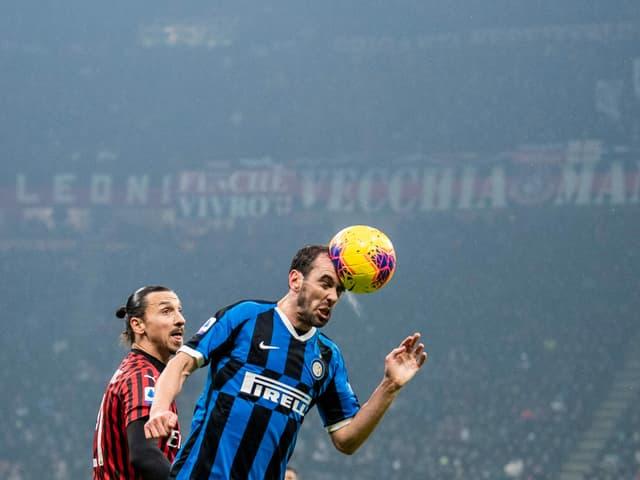 Diego Godin bei einem Kopfball.