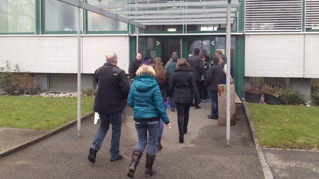 Scintilla-Angestellte auf dem Weg zur Betriebsversammlung, wo sich entscheidet, ob gestreikt werden soll oder nicht.