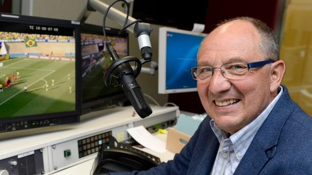 Beni Thurnheer lacht und sitzt vor dem Mikrofon.