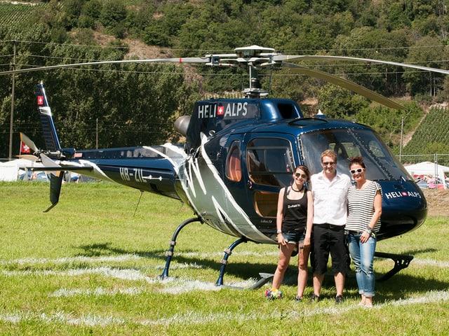 Pilot Eric Abgottspon mit Casting-Gewinnerin Charlotte und Moderatorin Judith Wernli.