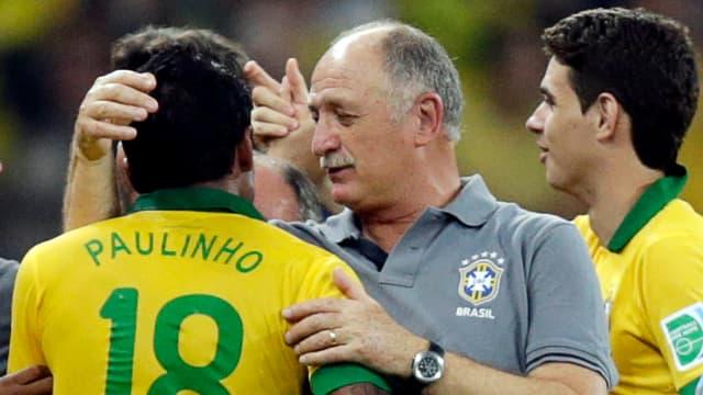 Luiz Felipe Scolari (Mitte) herzt Siegtorschütze Paulinho nach dem Schlusspfiff.