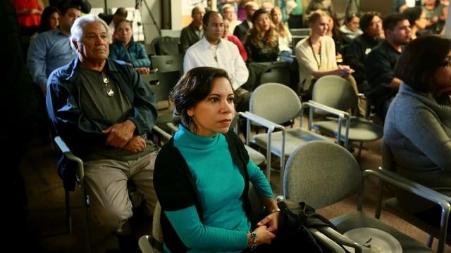 Immigranten verfolgen Obamas Rede am Fernsehen.