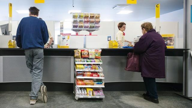 Personen an einem Postschalter