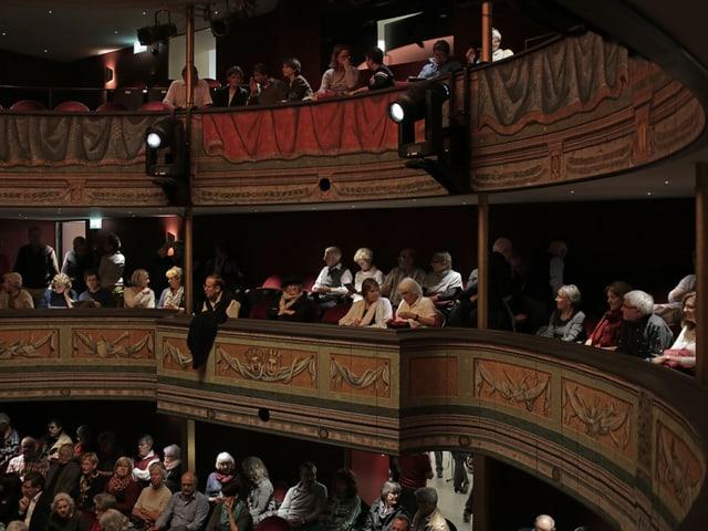Die Oberränge des Stadttheaters Solothurn sind gefüllt mit Menschen.