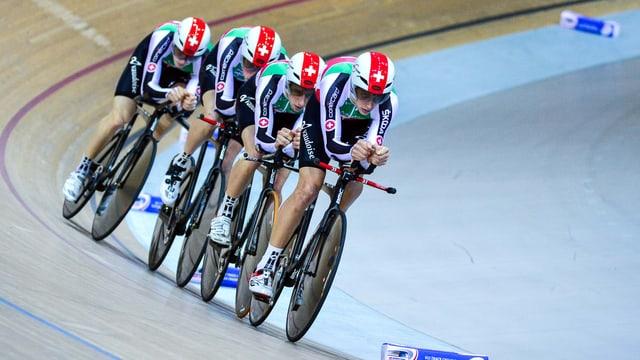 4 Schweizer fahren hintereinander auf der Rad Bahn.