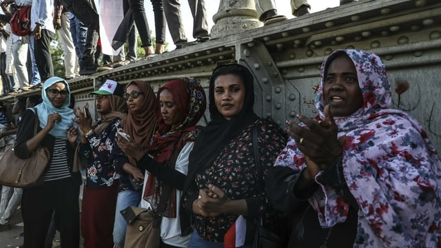 Protestierende Frauen im Sudan