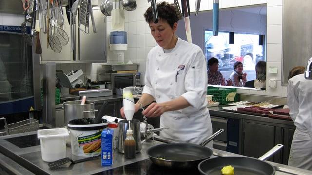 Silvia Manser beim Kochen.