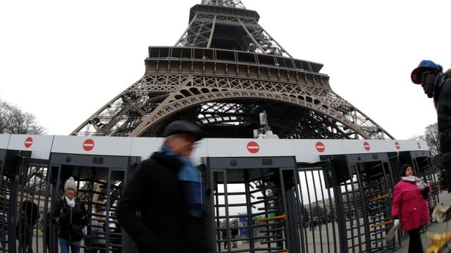Sicherheitsabsperrung vor dem Eiffelturm.