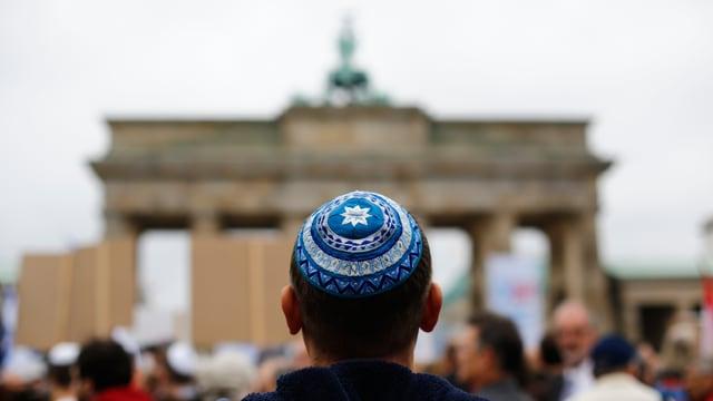 Mann mit Kippa vor Brandenburger Tor