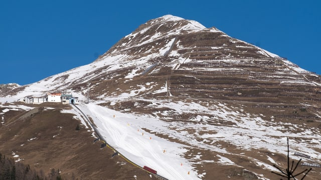 La staziun mesauna Höhenweg da la funiculara Parsenn sur Tavau.