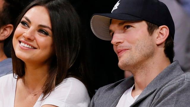 Mila Kunis und Ashton Kutcher lächelnd.