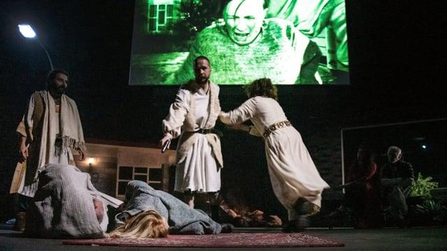 Fünf DarstellerInnen auf der Theaterbühne.