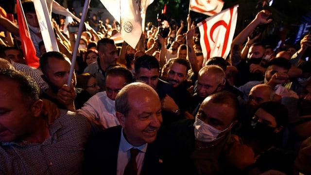 Ersin Tatar feiert in einer Menschenmenge im türkisch kontrollierten Norden von Nikosia.