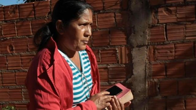 Frau mit Bibel gehend