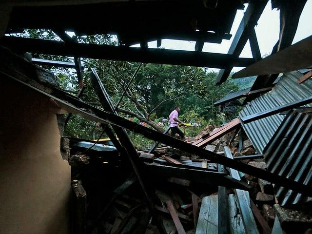 Zerstörte Hütte im Erdrutschgebiet.