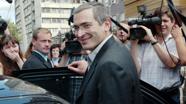 Michail Chodorkowski im Jahr 2003 an einer offenen Autotür stehend