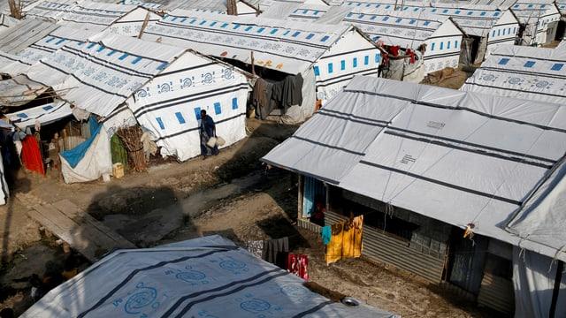 Flüchtlingscamp mit Zelt-Häusern, so weit das Auge reicht.