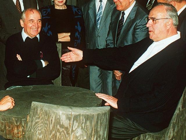 Michael Gorbatschaw (linke Seite) und Helmut Kohl an Tisch sitzend