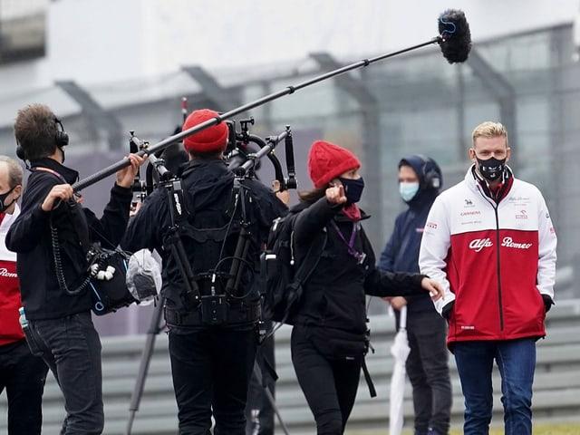 Mick Schumacher (rechts) wird von Reportern belagert