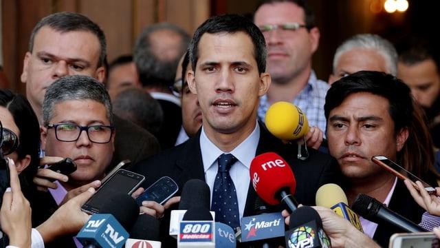 Purtret da Juan Guaidó durant ina conferenza da pressa.