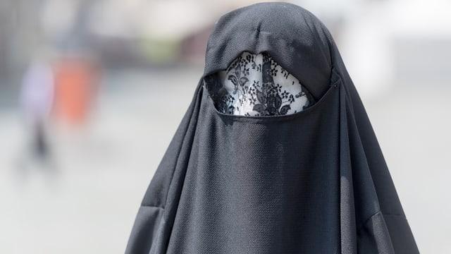 Frau mit schwarzer Burka