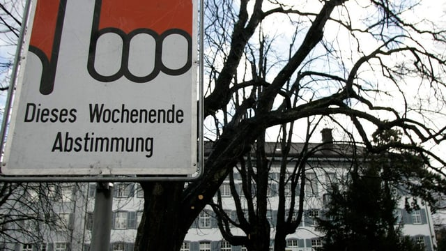 Das Regierungsgebäude von Liestal mit einem Abstimmungsplakat
