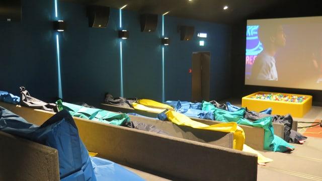 Kinosaal für Kinder mit Sofas und Bällebad