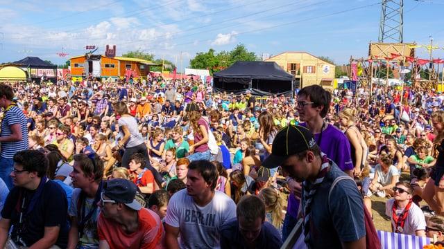 Festivalbesucher blicken zur Bühne