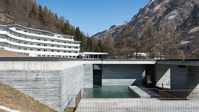 Hotel der Therme Vals mit Wasserbecken im Vordergrund.